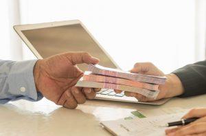 emprestimo-dinheiro-emprestado-economia-divida-financiamento-dinheiro-1467055730919_1920x1269